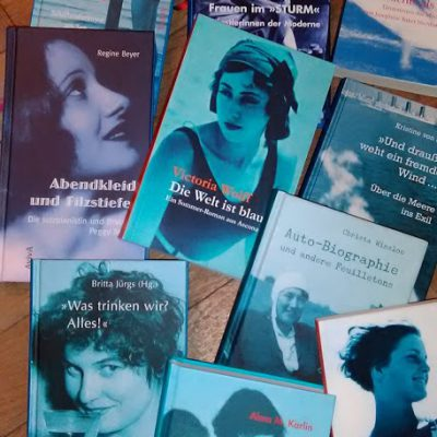 Bücher mit blauen Covern aus dem Aviva Verlag